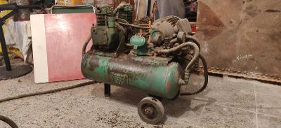 Starý vzduchový kompresor