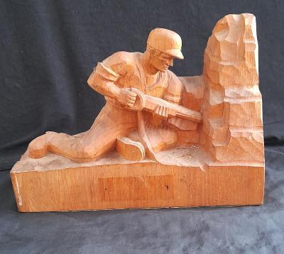 Starý dřevěný vyřezávaný horník .velký 24x17 cm. Sběratelský kousek.