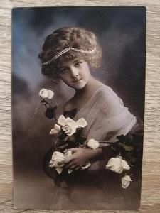 pohled - 1912 - DÁMA S RŮŽÍ - Rakousko