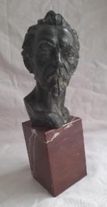 Velká Stará Busta- kompozice? Podstavec červený kámen. 25 cm.