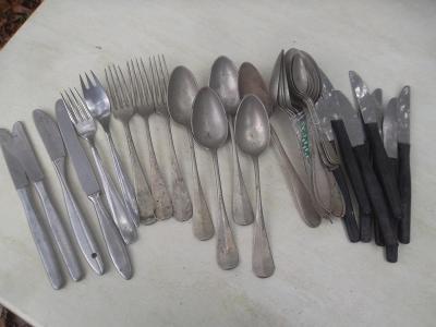 Staré vidličky a nože.