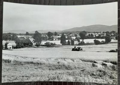Děčín Studánka celkový pohled na obec venk.stavení kombajn pole