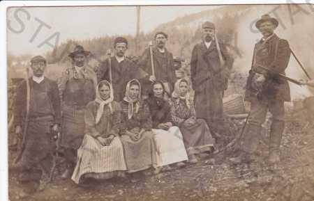 Skupinová fotografie mužů a žen v lese