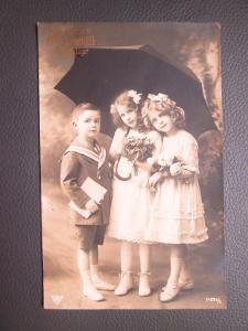 Dívky a chlapec pod deštníkem- MF