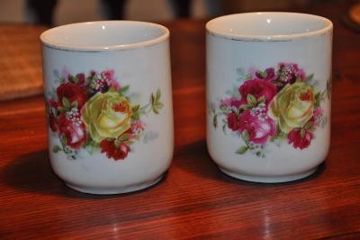2 porcelánové hrníčky s růžemi