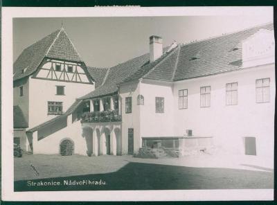 10D2474 Strakonice - nádvoří hradu, zastřižená vpravo
