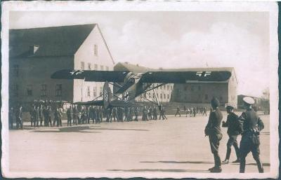 14B16 Letadlo STORCH- přistávání v kasárnách - unikátní pohlednice