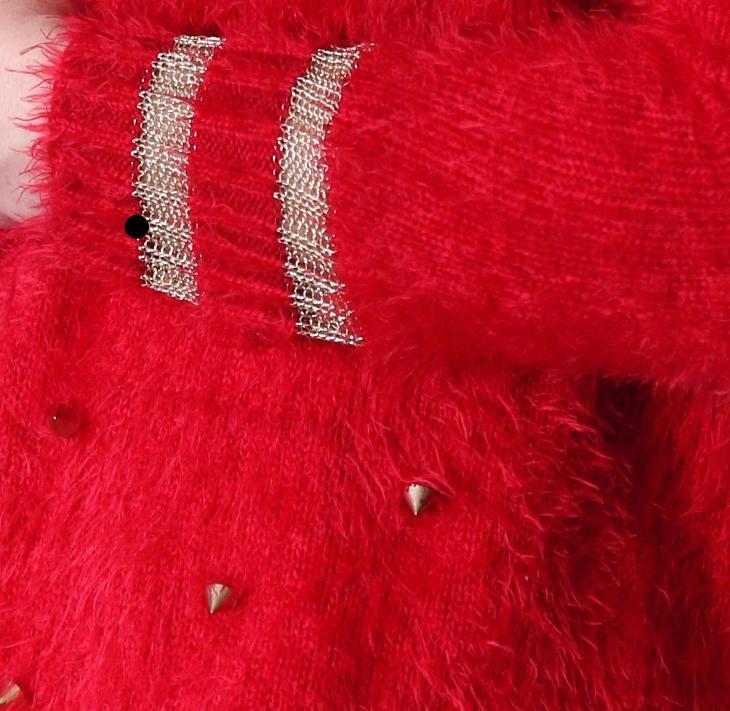 Červený měkkoučký svetr s pyramidkami - univerzální - Dámské oblečení