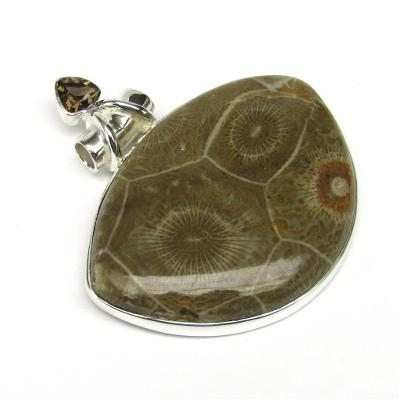 Stříbrný přívěšek s mořským korálem