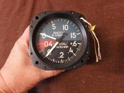 *++ Starý přístroj z letadla MIG - budík - výškoměr