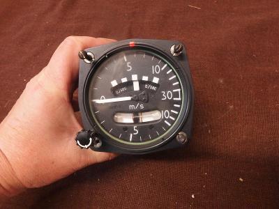 *++ Starý přístroj z letadla MIG - budík s vodováhou - m/sec.