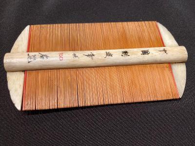 Japonský  hřeben ze slonoviny malovaný - dar od Gejši