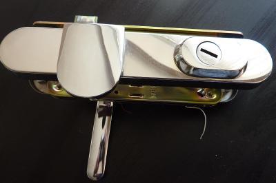 Bezpečnostní kování s bezpeč. krytem vložky a zámkem, koule-klika