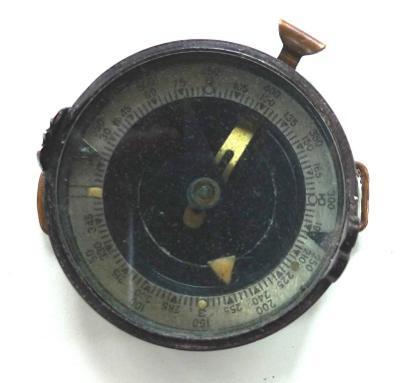 Starý vojenský /?/ bakelitový kompas