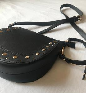 Kožená kabelka přes rameno se zlatými detaily