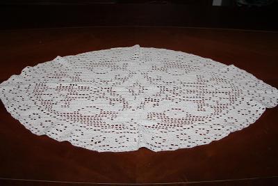 nádherný háčkovaný ubrus bílý silnější příze rozměr 93 x 50 cm