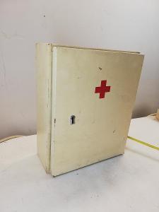 Dřevěná nástěnná lékárnička 31cm