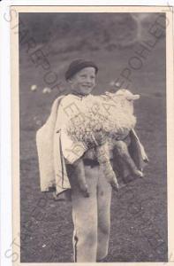 Chlapec ve slovenském kroji s ovečkou, foto Karol