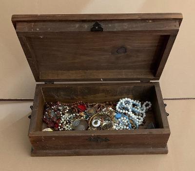Stará truhla truhlička bedna skříňka na poklady kování tvrdé dřevo kov