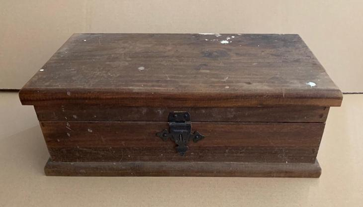 Stará truhla truhlička bedna skříňka na poklady kování tvrdé dřevo kov - Starožitnosti