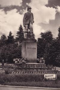 Holice -okr.Pardubice -pomník cestovatele E.Holuba -VF