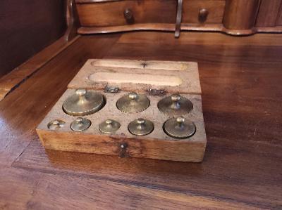 Starožitná mosazná závaží v dřevěné krabičce