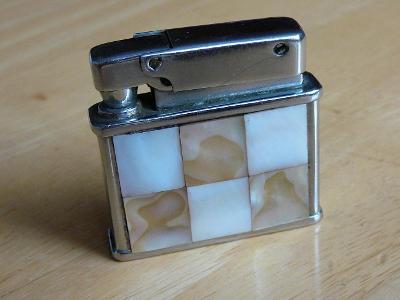 Starý zapalovač - značený - s perletí