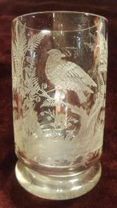 Půllitr, 18. stol. , broušené reliéfy ptáků a rostlin