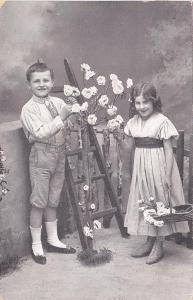 Děti, dívka a chlapec - prošlá 1915