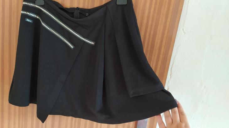 Černá mini sukně s kovovou aplikací - Dámské oblečení