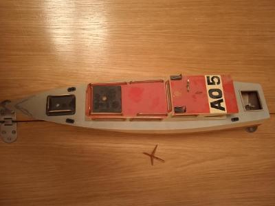 Stará dřevěná loď s motorem