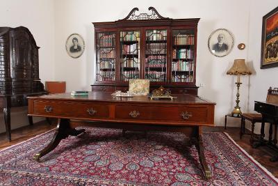 Velký starožitný psací stůl. Anglie
