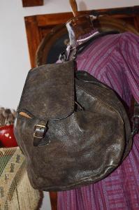 Starý kožený batoh