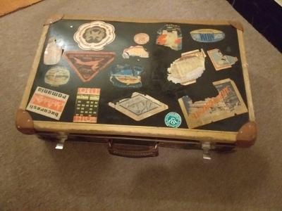 Stary papírový kufr.