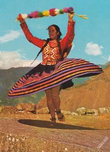 PERU - INDIÁNSKÁ ŽENA PŘI TANCI - 2-IG94