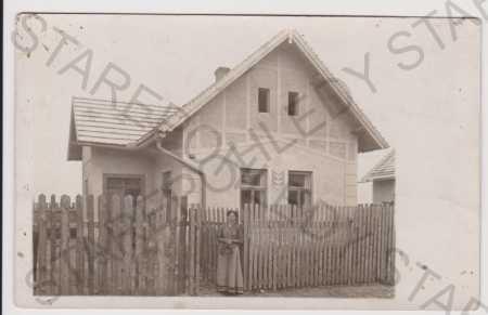 Luštěnice - partie - rodinný dům, žena