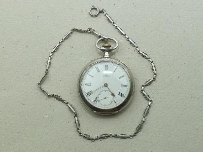 Stříbrné kapesní hodinky značky OMEGA s řetízkem