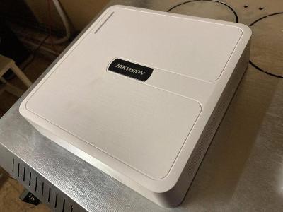 NVR HikVision HWN-2104H k IP kamerám + 2 TB disk Seagate v záruce