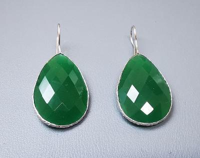 Stříbrné náušnice s zelenym onyxem Ailoria. PC: 3000 Kč.