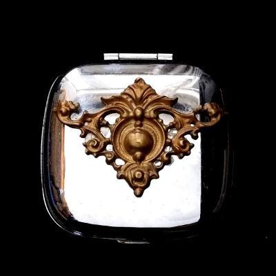 Kovová krabička s Secesní bronzovou Ozdobou ,60x60x35mm ,těžké