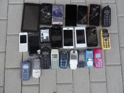 Hromada starých telefonů.