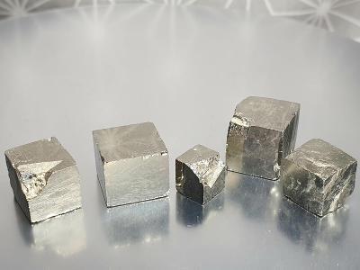 Pyrit krystaly kostičky krystal 5ks 8-12mm Navajun Španělsko Minerály