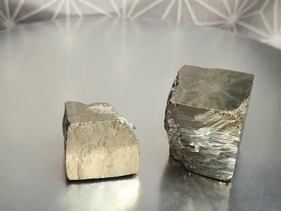 Pyrit krystaly kostky krystal 2ks 18-22mm Navajun Španělsko Minerály