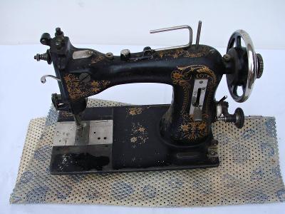 Historický šicí stroj + poklop.