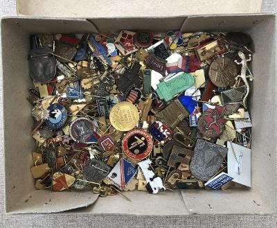 krabice se starými odznaky