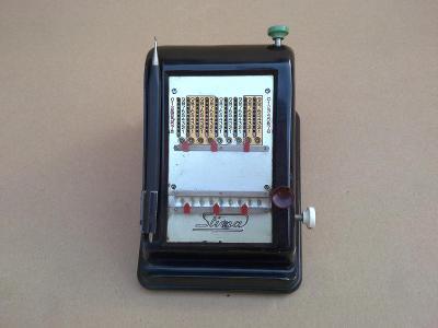 Starý počítač počítadlo kalkulačka mechanická bakelitová počítačka
