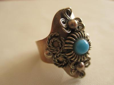 Starý zdobný kovový prsten s malým kamínkem tyrkysové barvy