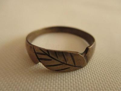 Starý zdobný mosazný prsten