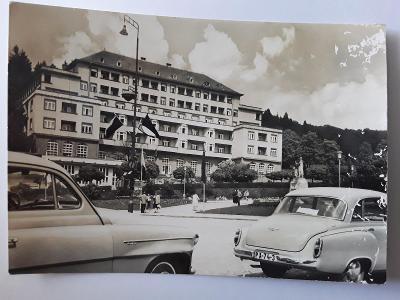 Pohlednice LUHAČOVICE Náměstí Rudé armády auta