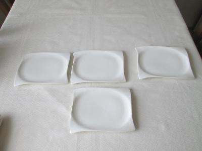 Čtyři bílé talířky (tácky)